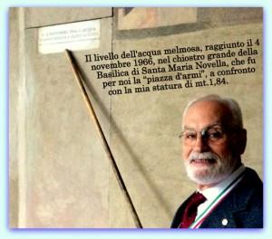 Francesco Liberatore Memoli dopo 50 anni ritorna nella sua Scuola a Firenze e indica il livello raggiunto dall'acqua il 4 novembre 1966 (foto Franco Mariani)